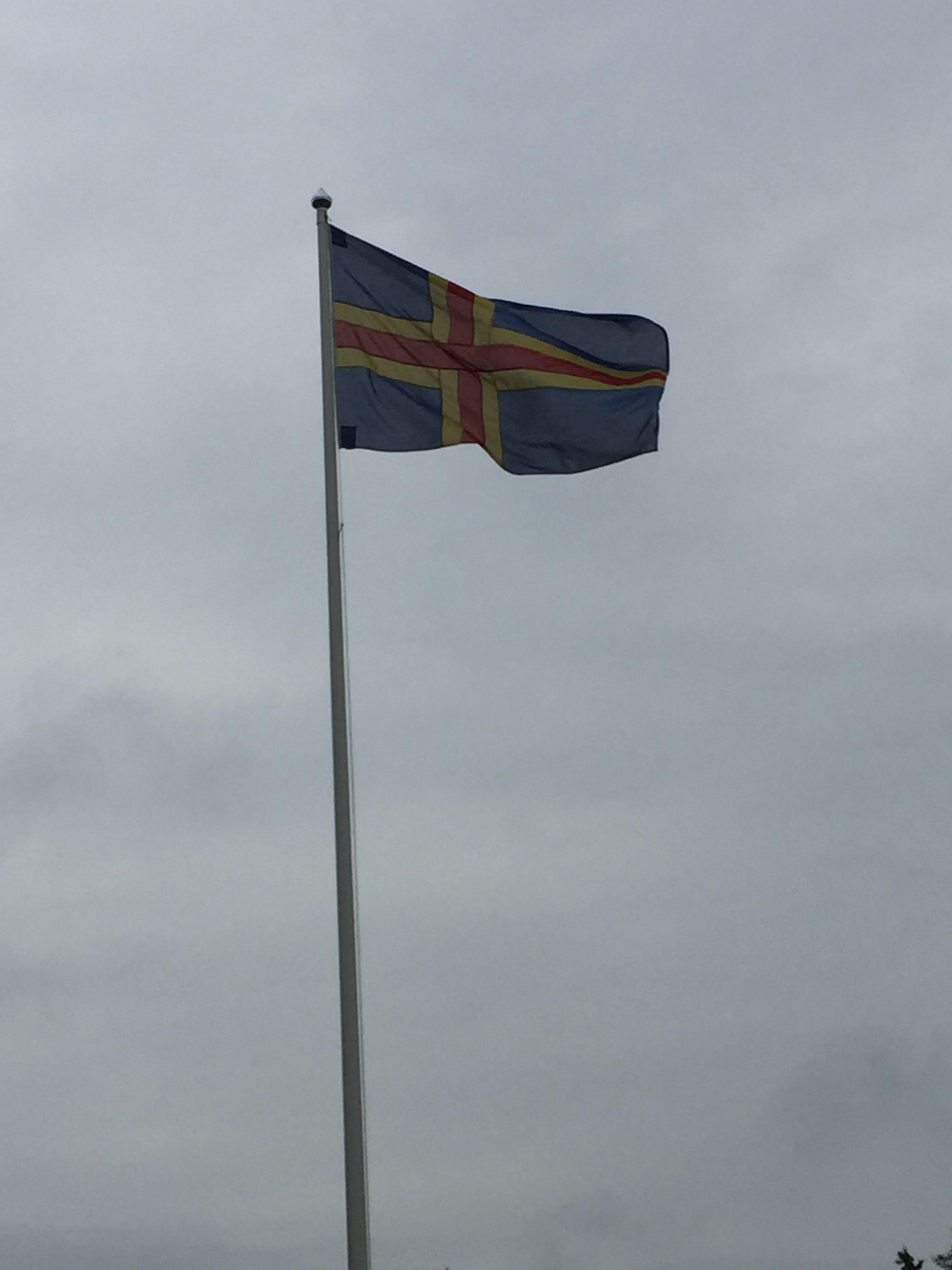 Flaggan är uppe, nu är det midsommar!