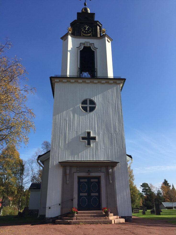 Idre kyrka i höstsol.