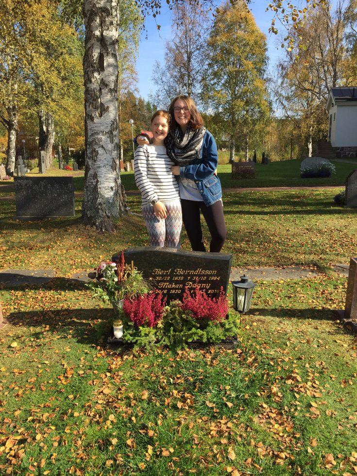 Tjejerna vid farmor och farfars grav.