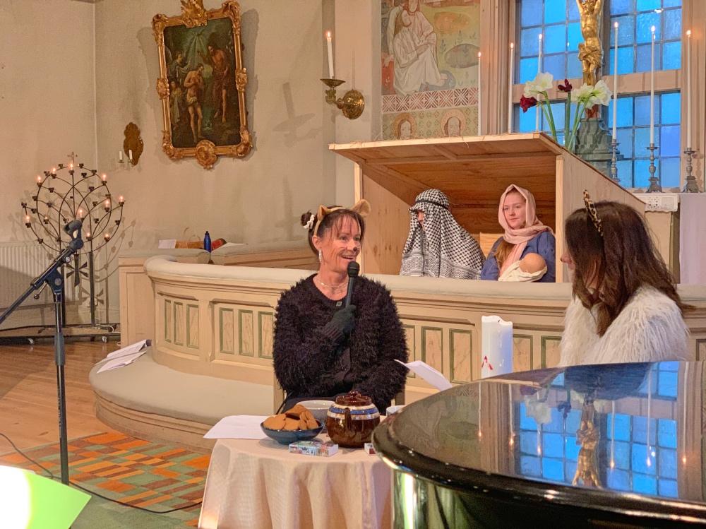 Julia är skådespelare i kyrkans julspel.
